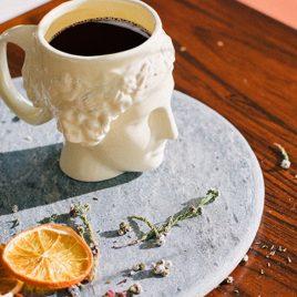 tazza a forma di dea della felicità