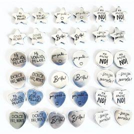 orecchini a bottoncino con scritte